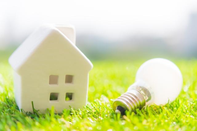 家と電球のイメージ